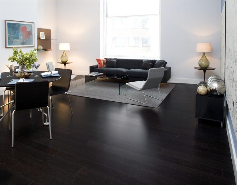 Zwarte houten vloeren dit appartement is hét bewijs dat een
